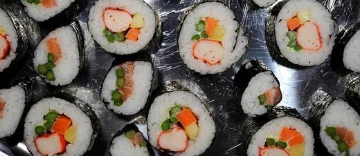 Stock Photo: 1848R-293267 Futomaki and Temaki Sushi