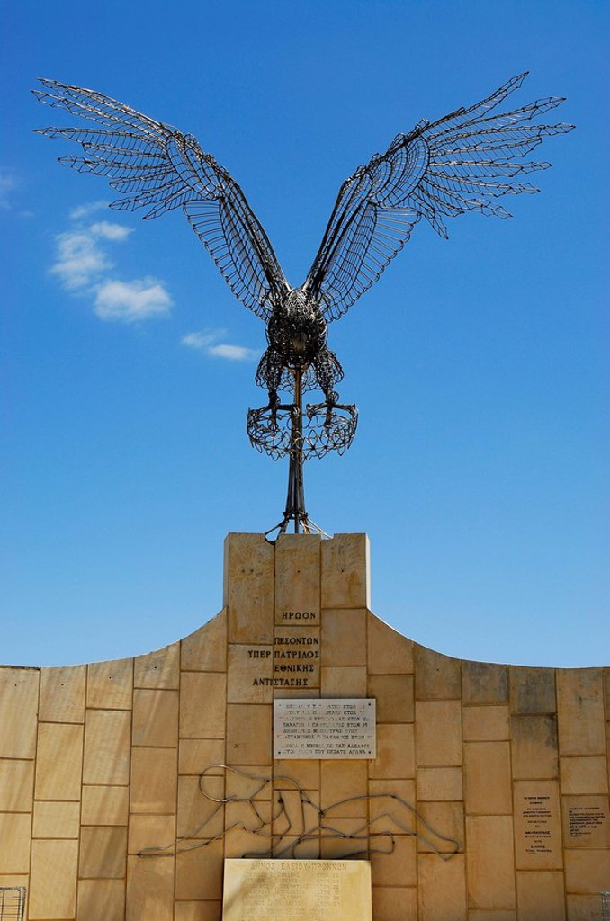 Sculpture of a flying eagle constructed out of wire secured on a marble base, Fiscardo, Kefalonia, Ionian Islands, Greece : Stock Photo