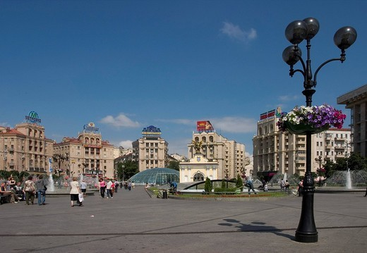 Stock Photo: 1848R-311731 Ukraine Kiev Place of Independence northern part with historical buildings in sowjet realism architecture with the Pecers´kyj gate and archangel Michael golden wings glasdome of shoppingcenter Globus I businesspeople tourists visitors blue sky 2004