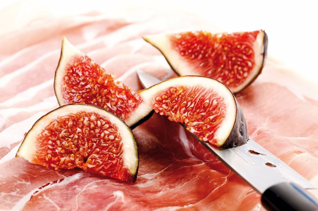 Stock Photo: 1848R-318426 Figs Ficus carica, fresh fruit on raw ham