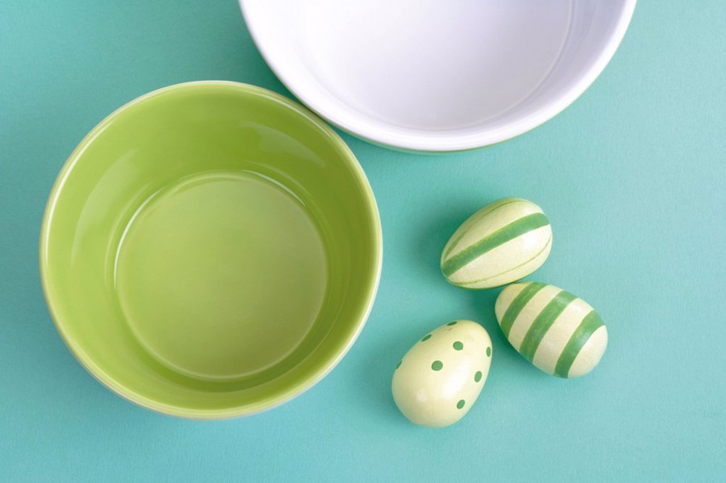 Stock Photo: 1848R-321228 Green and white bowls with Easter eggs