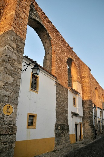 Homes in the arches of the medieval aqueduct, Evora, UNESCO World Heritage Site, Alentejo, Portugal, Europe : Stock Photo