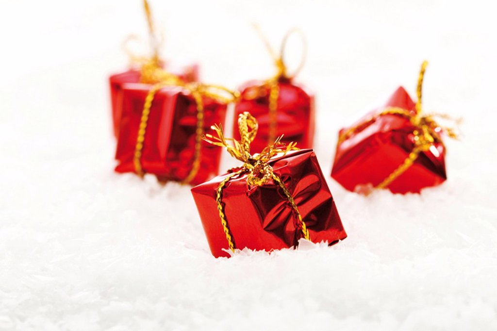 Stock Photo: 1848R-331965 Small presents on snow