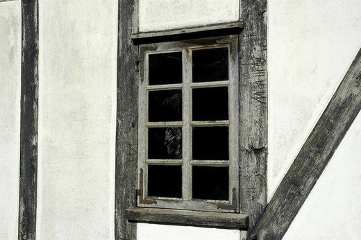 Stock Photo: 1848R-338551 Window in a timber frame house
