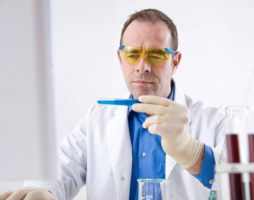 Man working on an experiment in a laboratory : Stock Photo