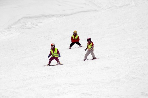 Stock Photo: 1848R-349251 3 children skiing