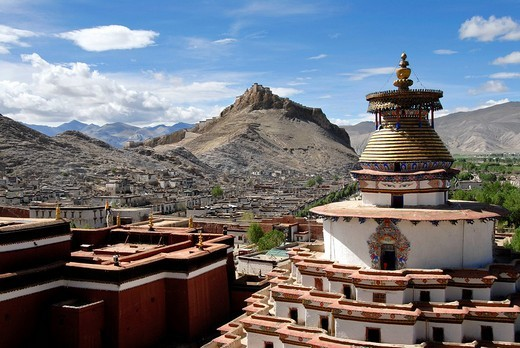 View of the Kumbum with the old town and the fortress Dzong Pelkor Chöde Monastery Gyantse Tibet China : Stock Photo