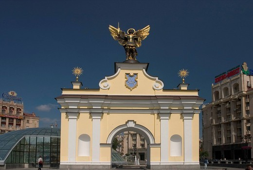 Ukraine Kiev Place of Independence northern part with historical buildings in sowjet realism architecture with the Pecers´kyj gate and archangel Michael golden wings glasdome of shoppingcenter Globus I businesspeople tourists visitors blue sky 2004 : Stock Photo