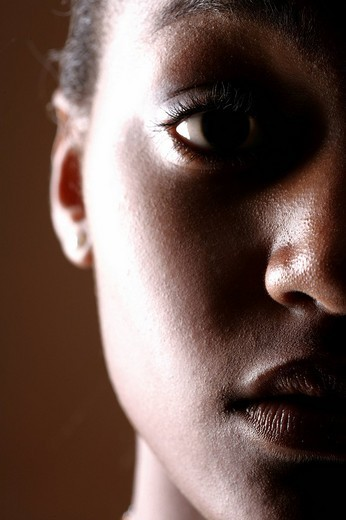 Young dark-skinned woman : Stock Photo