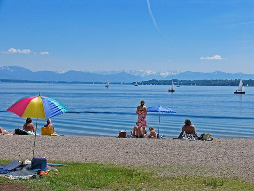 BRD Germany Bavaria Upper Bavaria Tutzing at the Starnberger Lake Holiday Region Recreation Area for Munich Upper Bavarian Watering Lake People at the Beachside Watering Sunshade Boats on the Lake Mountain Range Sunbathing Relaxing : Stock Photo