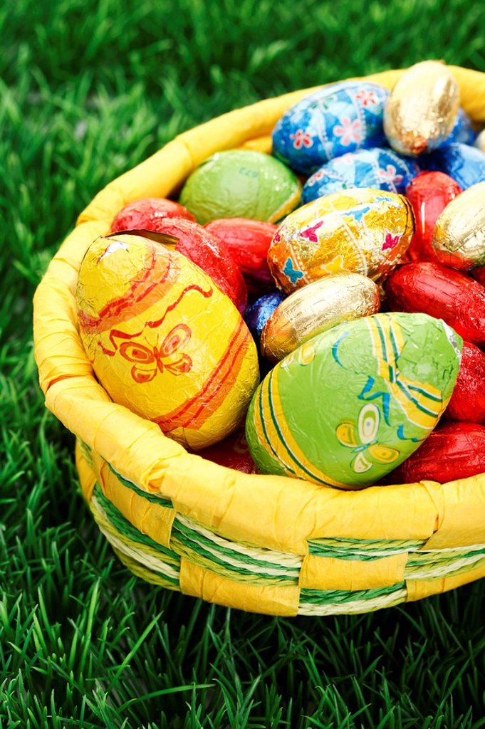 Stock Photo: 1848R-384021 Easter basket on a lawn