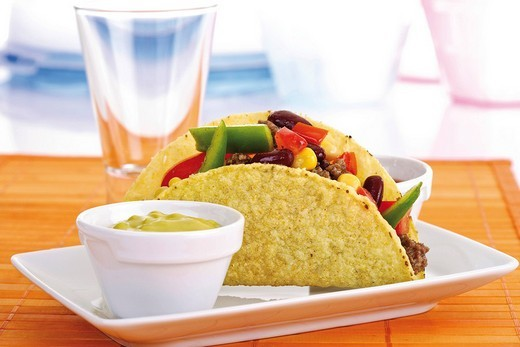 Stock Photo: 1848R-384935 Taco shell with chili con carne and guacamole