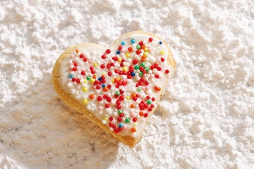 Heart_shaped shortcrust cookie with sugar pearls on powdered sugar : Stock Photo
