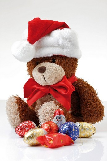 Teddybear wearing Christmas hat and sweet tree decoration : Stock Photo