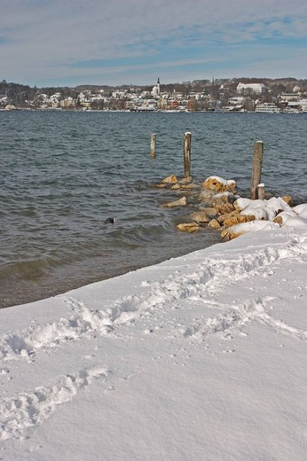 Stock Photo: 1848R-393758 BRD Germany Bavaria Upper Bavaria Starnberg At the Starnberger Lake Winter Picture Footprints in Snow at the Lake with view to Starnberg and the Church with Castle