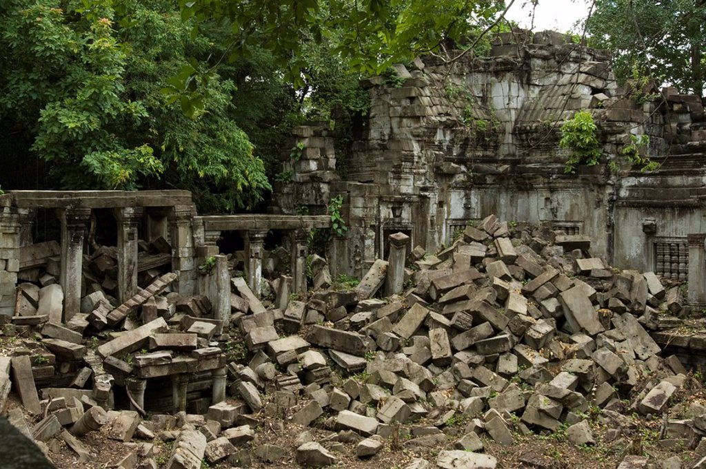 Crumbling ruins of the Buddhist temple Baeng Malea, Cambodia, Southeast Asia : Stock Photo