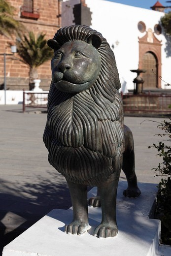 Brazen lion sculpture, Plaza de la Constitución, Teguise, Lanzarote, Canary Islands, Spain, Europe : Stock Photo