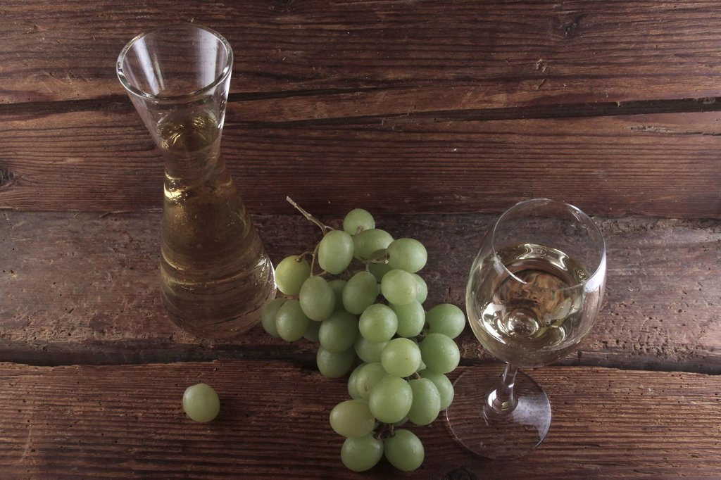 Stock Photo: 1848R-508288 White wine with grapes in front of a wood background