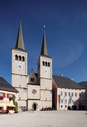 Stock Photo: 1848R-521809 Collegiate church of St. Peter und Johannes der Taeufer, Schlossplatz square, Berchtesgaden, Berchtesgadener Land, Upper Bavaria, Bavaria, Germany, Europe