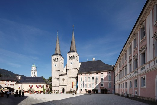 Stock Photo: 1848R-521810 Collegiate church of St. Peter und Johannes der Taeufer and Koenigliches Schloss Berchtesgaden castle, Schlossplatz square, Berchtesgaden, Berchtesgadener Land, Upper Bavaria, Bavaria, Germany, Europe