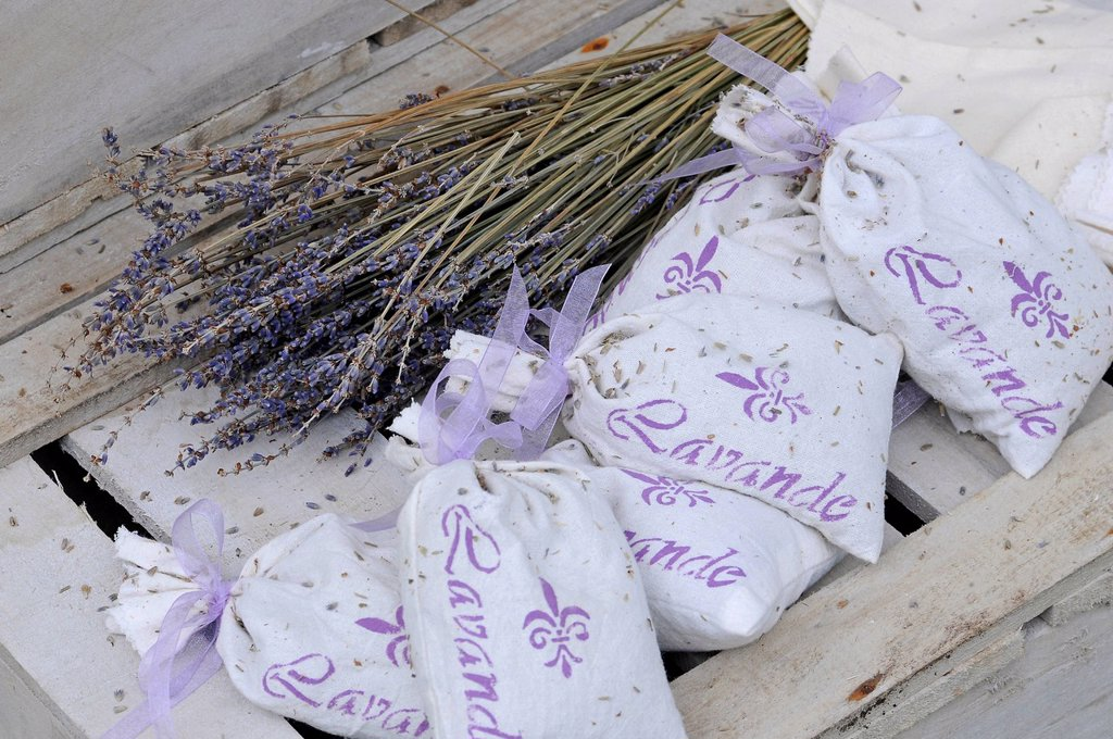 Stock Photo: 1848R-625541 Dried lavender, sachets with lavender flowerheads