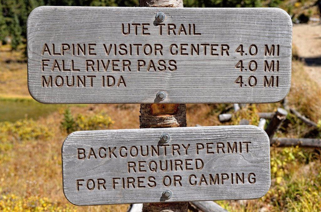 Signposts at Poudre Lake, Trail Ridge Road, Rocky Mountain National Park, Colorado, USA : Stock Photo