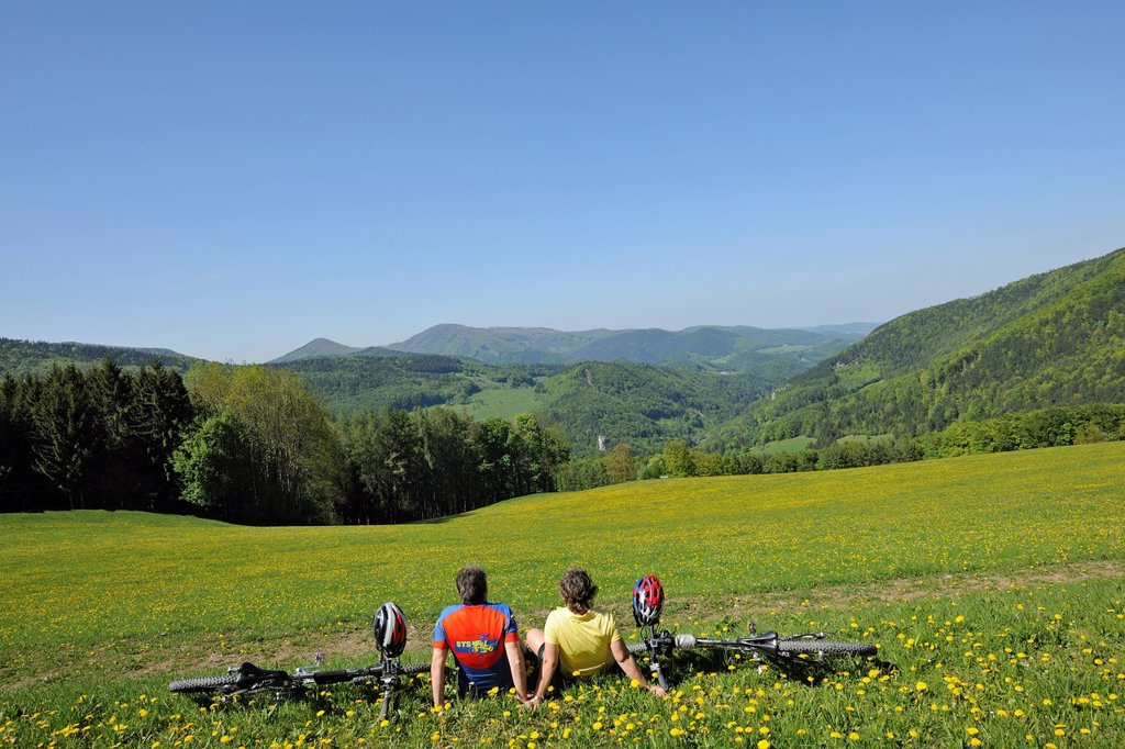 Stock Photo: 1848R-642485 Mountain bikers on their way to Jagasitz, behind the Steinwandgraben valley, Lower Austria, Austria, Europe