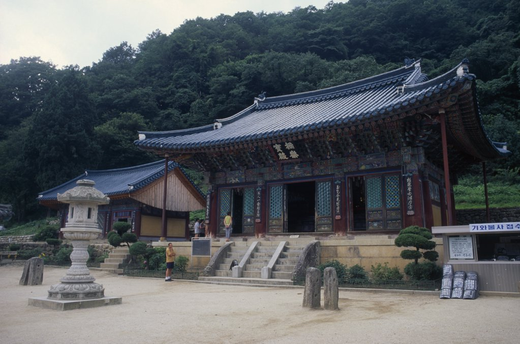 South Korea, Kangwon, Soraksan Nat. Park, Shinhungsa Temple.  Exterior Of Zen Meditation Temple First Built In 653 Ad.  Rebuilt In 1645 And Again After The Korean War After Twice Being Burnt To The Ground. : Stock Photo