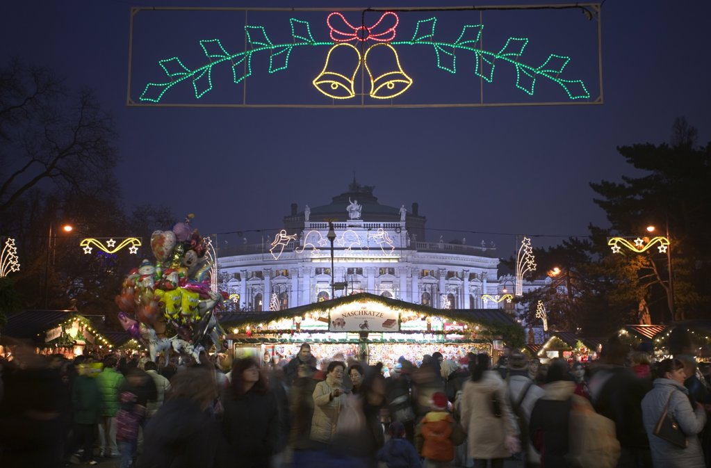 Stock Photo: 1850-14712 Austria, Lower Austria, Vienna, The Rathaus Christmas Market With The Burgtheater In The Background.