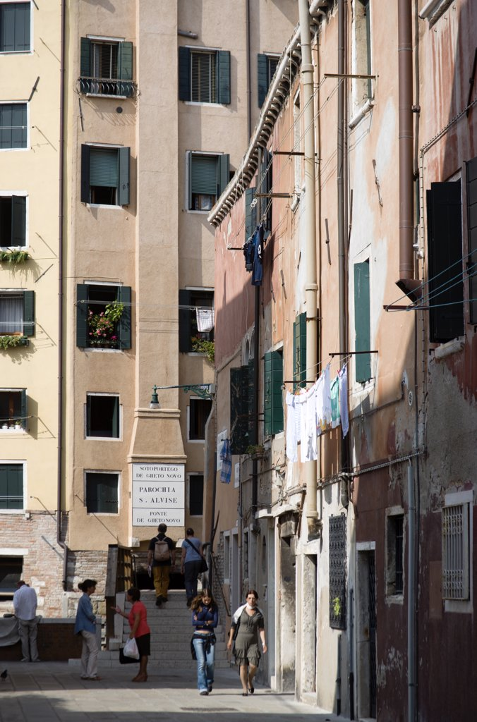 Italy, Veneto, Venice, 'One Of The Three Entrances To The Jewish Ghetto In Cannaregio District. A Small Bridge, The Ponte De Gheto Novo, At The End Of A Narrow Street Leads Across A Canal Into The Ghetto' : Stock Photo