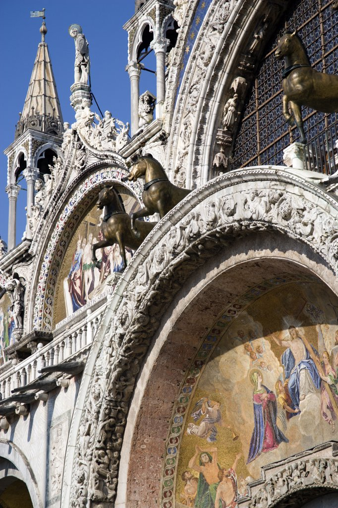 Italy, Veneto, Venice, The Bronze Horses Of St Mark And The 17Th Century Mosaics On The Facade Of St Marks Basilica : Stock Photo
