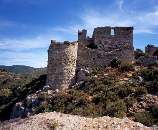 France, Languedoc-Roussillon, Aude, Chateau De Aguilar.  Ruins Of Twelth Century Cathar Castle Set On Hillside In The Commune Of Tuchan.  Inner Keep Surrounded By Outer Thirteenth Century Fortification. : Stock Photo
