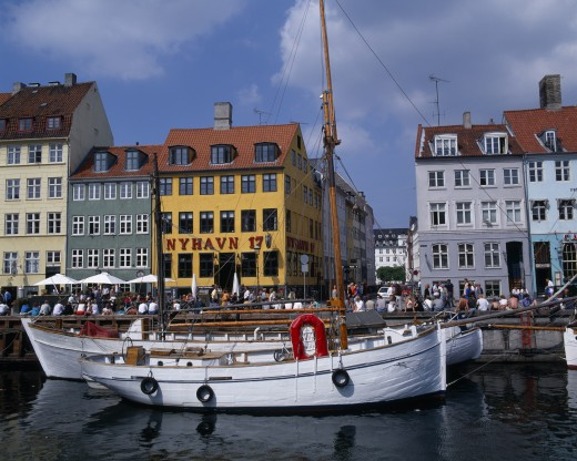 Denmark, Zealand, Copenhagen, Nyhavn Harbour. Traditional Waterfront Buildings With Groups Of Tourists And Moored Boats On Water : Stock Photo