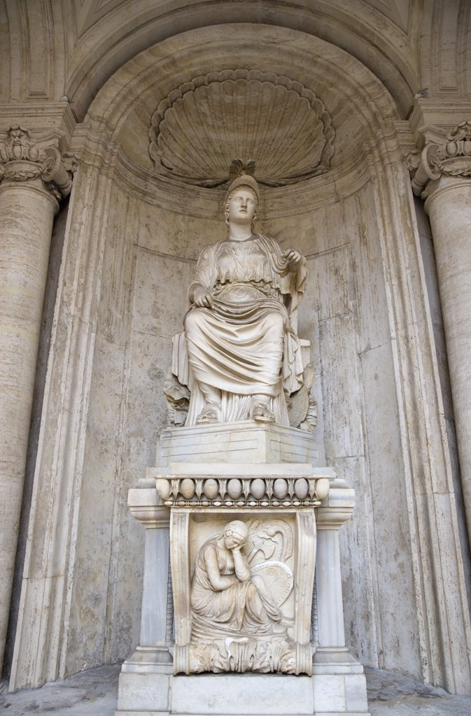 Italy, Lazio, Rome, Colossal Statue Of Sitting Rome Cesi Roma In A Niche Within The Courtyard Of The Palazzo Dei Conservatori On The Capitol. The Marble Statue Of A Seated Woman Dates From The Hadrian Period Of 117-138 Bc : Stock Photo