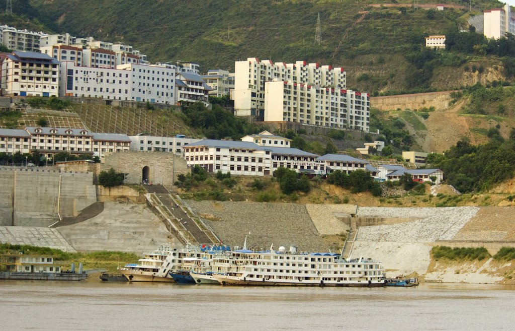 China, Chongqing, Wanxian, Reinforced Yangtze Embankments At The New Town Of Wanxian To Protect Against Increased Water Levels And Landslides - The Old Town Has Already Been Submerged By The Three Gorges Dam Project : Stock Photo
