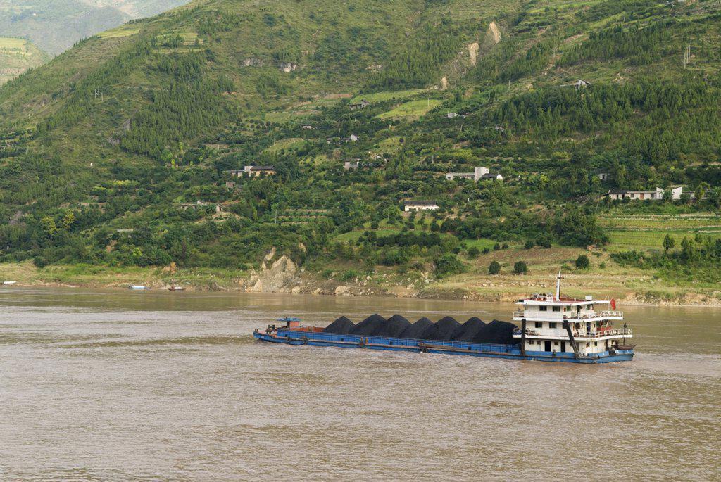 China, Chongqing, Wushan , Coal Barge On The Yangtze River Near Wushan : Stock Photo