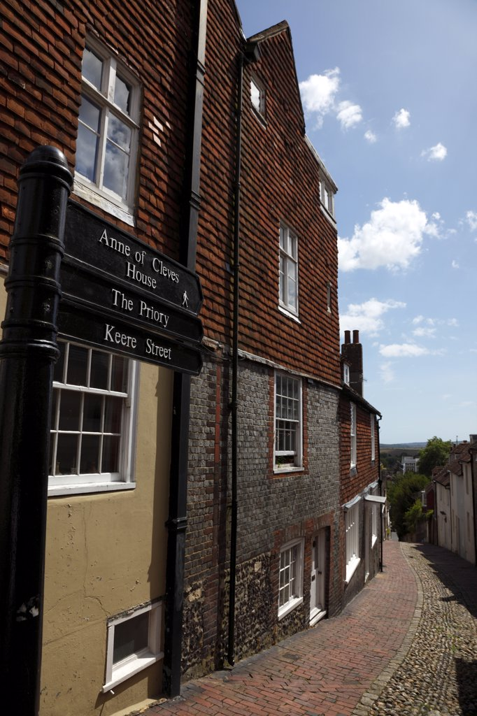 England, East Sussex, Lewes, High Street  Keere Street Cobbled Pathway With Traditional Buildings. : Stock Photo