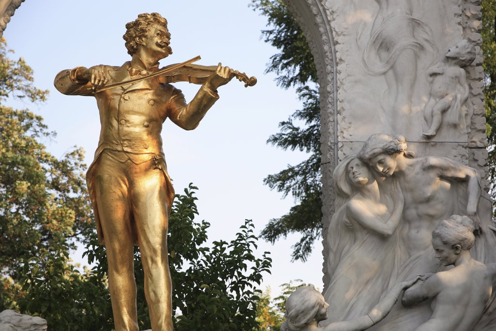 Stock Photo: 1850-33060 Austria, Vienna, Statue of Johann Strauss in the Stadt Park.