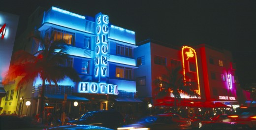 Usa, Florida , Miami, South Beach. Ocean Drive Art Deco Buildings At Night Colony Hotel With Neon Lights : Stock Photo