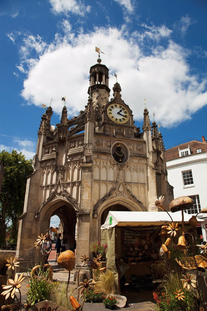 England, West Sussex, Chichester, The Market Cross and a wooden craft market store in the foreground. : Stock Photo
