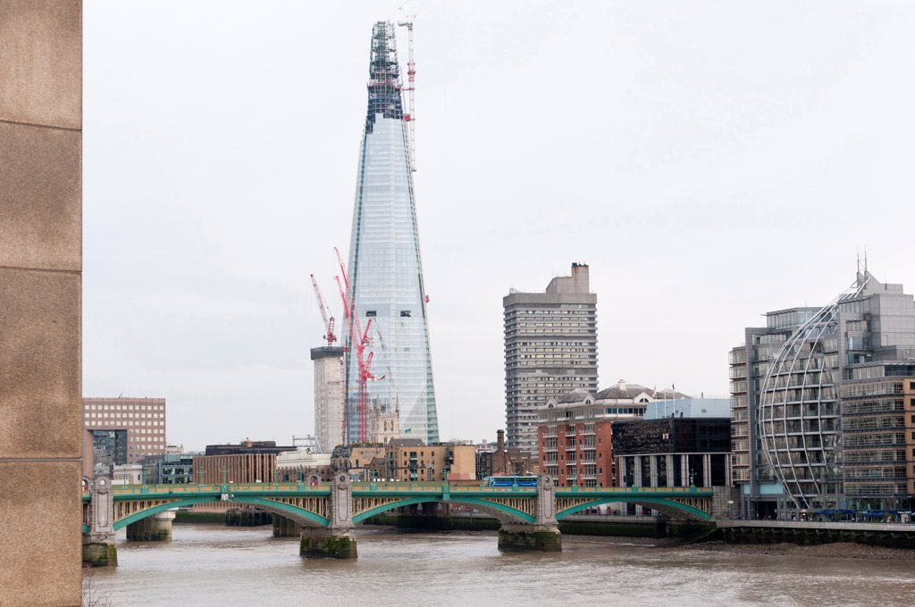 England, London, London Bridge Quarter, Construction of the Shard building, designed by Renzo Piano,  nearing completion. : Stock Photo