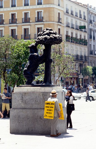 Stock Photo: 1851-4742 The Bear and the Madrono tree which has been a symbol of the city since medieval times