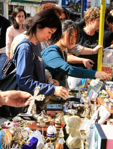 Buying Antiques in the Portobello Road Market in London : Stock Photo