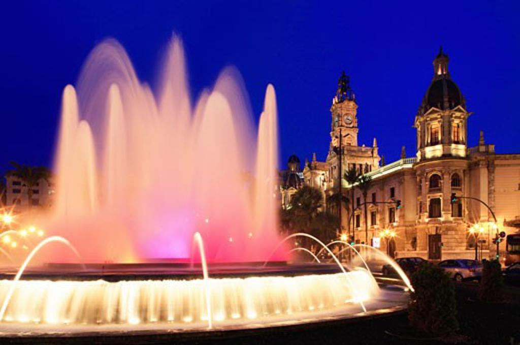 Spain, Valencia Region, Valencia, Plaza Ayuntamiento - fountain and town hall at night : Stock Photo