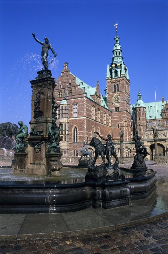 Denmark, , Hillerod, Frederiksborg Castle - facade with fountain  : Stock Photo