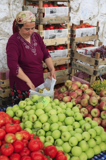 Stock Photo: 1885-13938 Turkey, Mediterranean, Fethiye, Stallholder and produce in the market