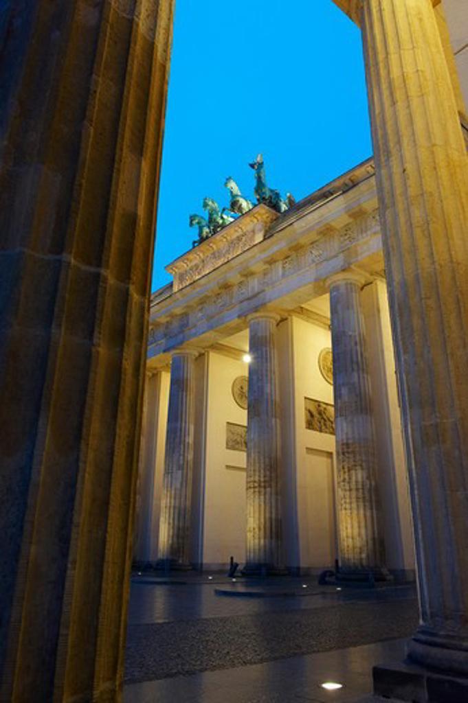 Stock Photo: 1885-21411 Germany, Brandenburg, Berlin, Brandenburg Gate at dusk