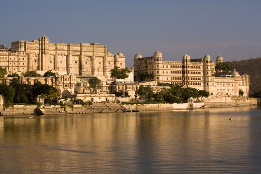 India, Rajasthan, Udaipur, Sunset on Lake Pichola, with City Palace : Stock Photo