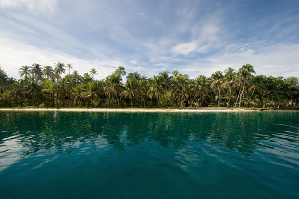 Panama, San Blas Islands, View over ocean to tropical island : Stock Photo