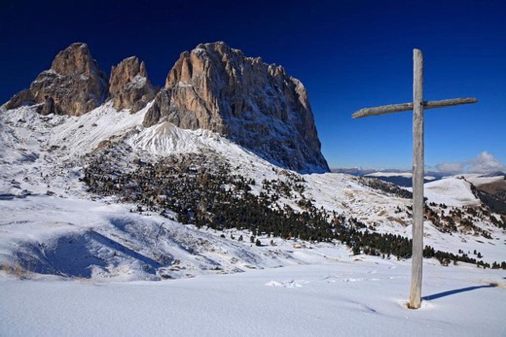 Italy, Italian Dolomites, Selva, Sasso Lungo from Passo di Sella with wooden cross : Stock Photo